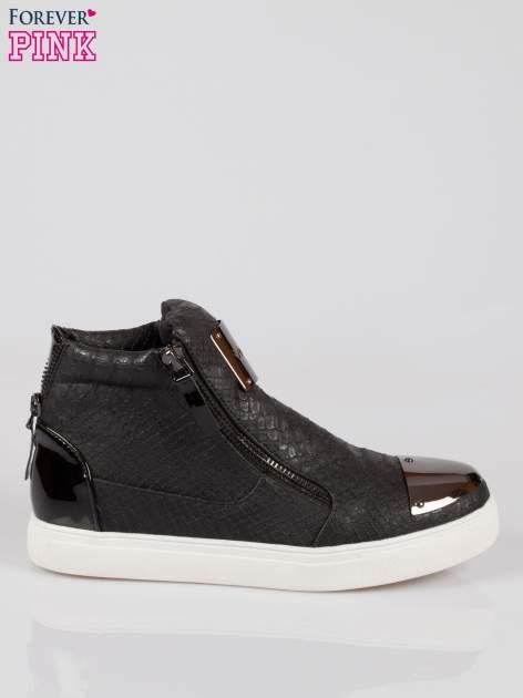 Czarne wężowe sneakersy z blaszką na nosku