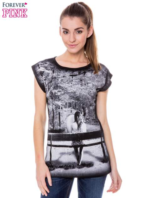Czarny t-shirt z grafiką krajobrazu