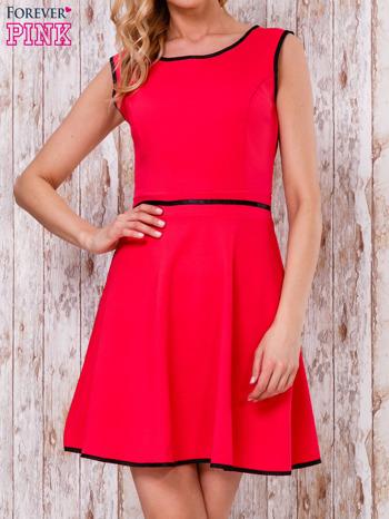 Czerwona sukienka skater z satynową lamówką