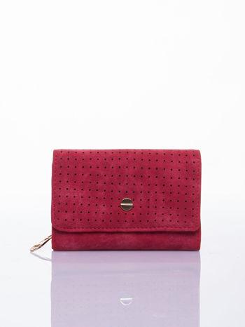 Czerwony ażurowany portfel ze złotym zapięciem