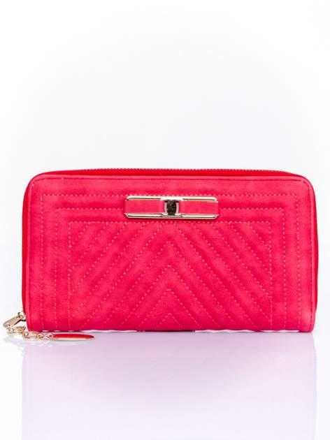 Czerwony pikowany portfel z ozdobną klamerką