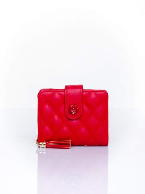 Czerwony pikowany portfel z ozdobnym zapięciem