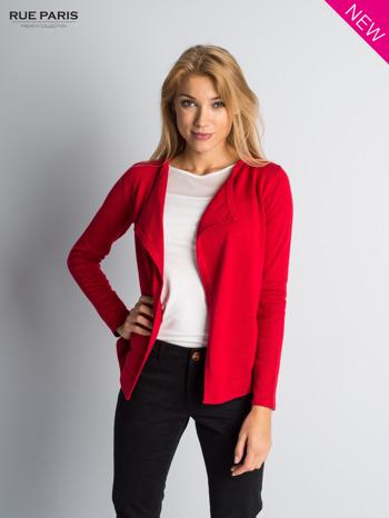 Czerwony sweter narzutka z kaskadowymi bokami