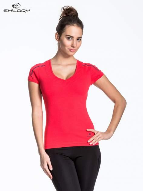 Czerwony t-shirt sportowy z przeszyciami na ramionach