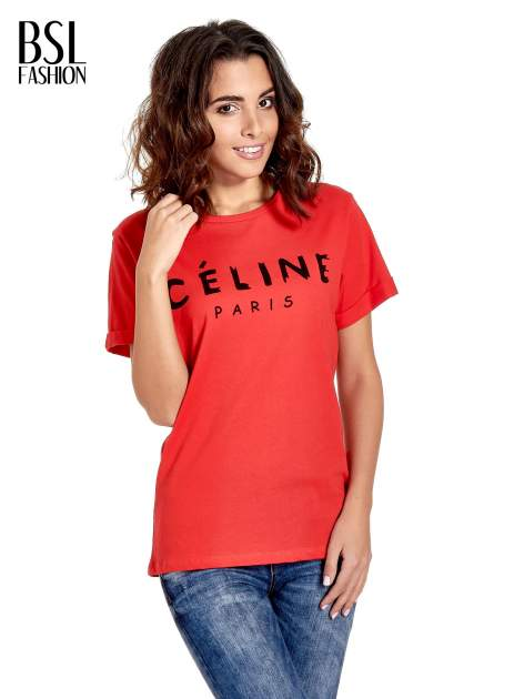 Czerwony t-shirt z modowym napisem CÉLINE PARIS