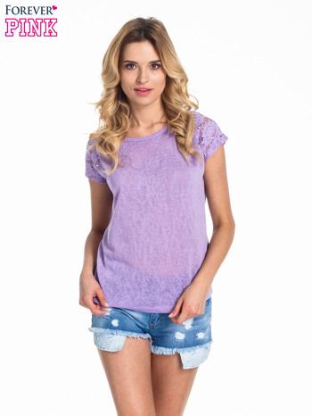 Fioletowy t-shirt z koronkowymi rękawami i gwiazdkami