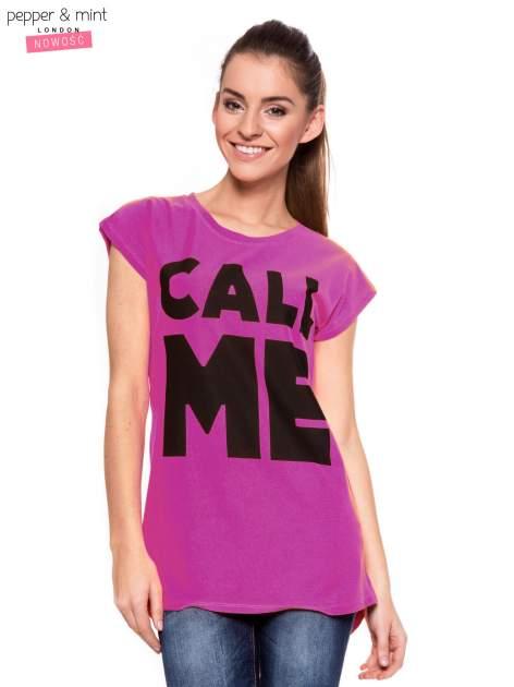 Fuksjowy t-shirt z nadrukiem CALL ME i dłuższym tyłem