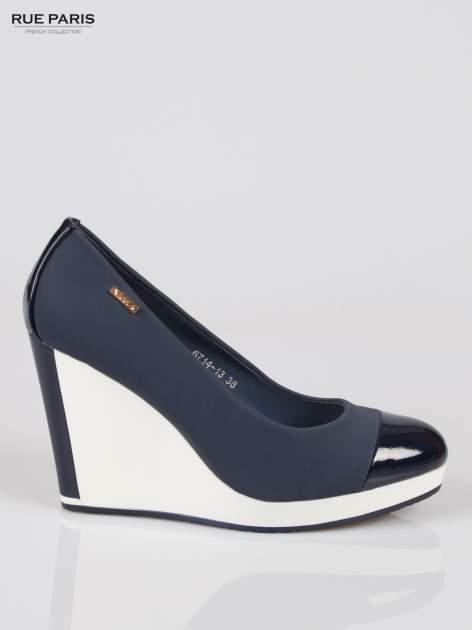 Granatowe buty damskie na kontrastowym koturnie