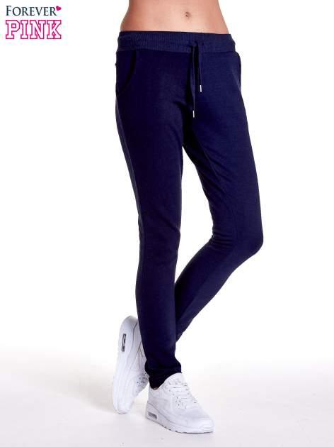 Granatowe spodnie dresowe z prostą nogawką