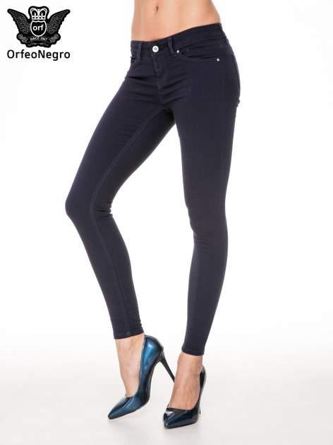 Granatowe spodnie typu skinny z elastycznego materiału