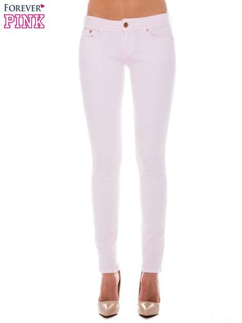 Jasnoróżowe spodnie jeansowe typu rurki