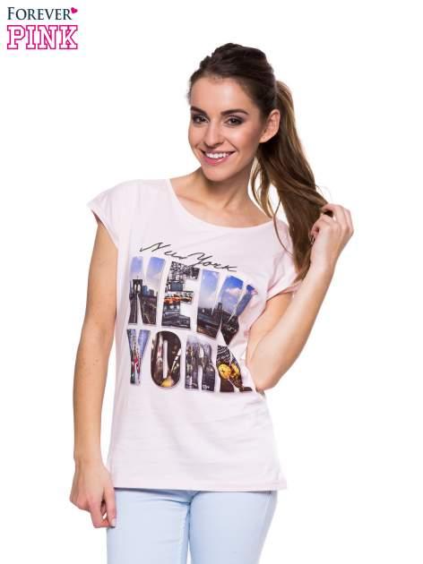 Jasnoróżowy t-shirt z nadrukiem NEW YORK
