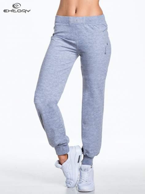 Jasnoszare spodnie dresowe z aplikacją z dżetów PLUS SIZE