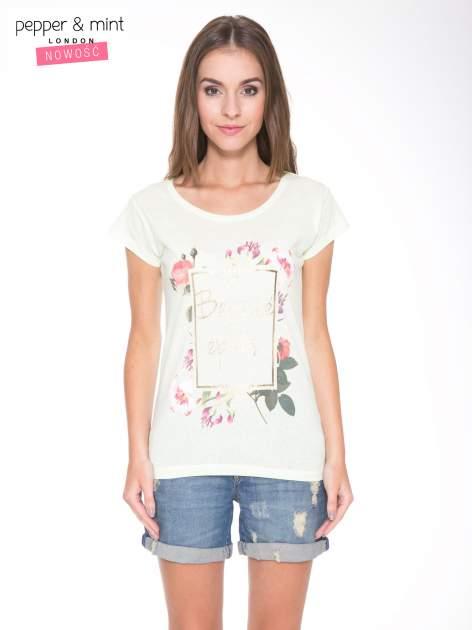 Jasnozielony t-shirt z kwiatowym nadrukiem i złotym napisem