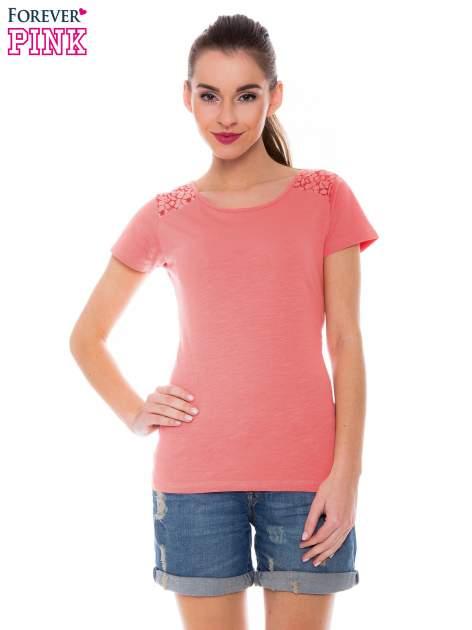 Koralowy t-shirt z koronkową wstawką na ramionach