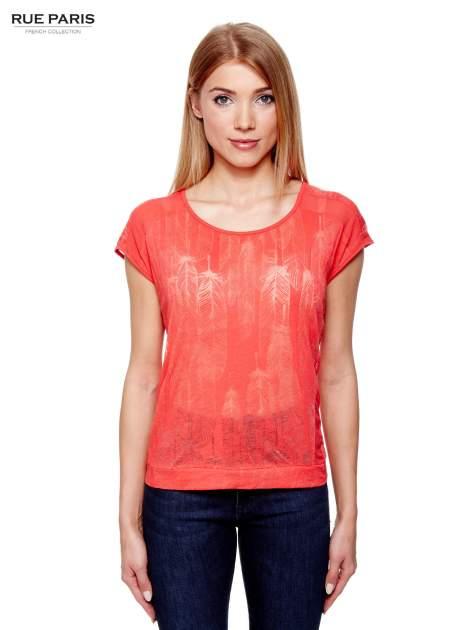 Koralowy t-shirt z transparentnym nadrukiem piór