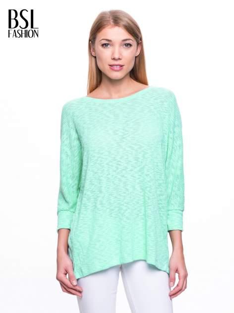 Miętowy sweter z rozcięciem na plecach