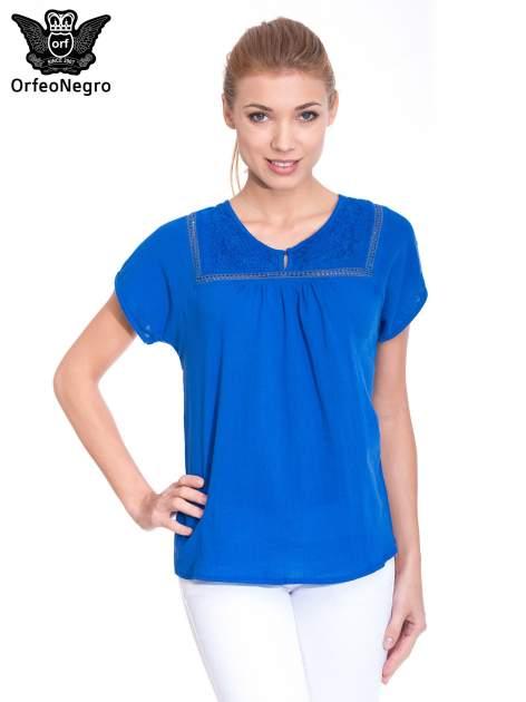Niebieska bluzka koszulowa z haftem i ażurowaniem przy dekolcie