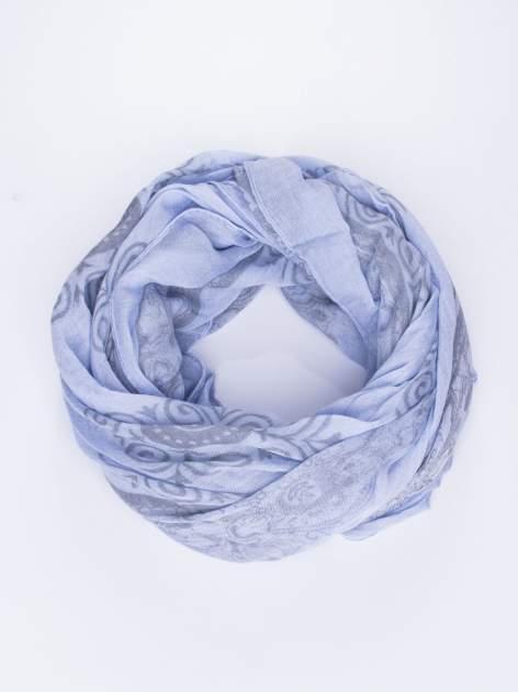 Niebieska chusta z dekoracyjnym ornamentem