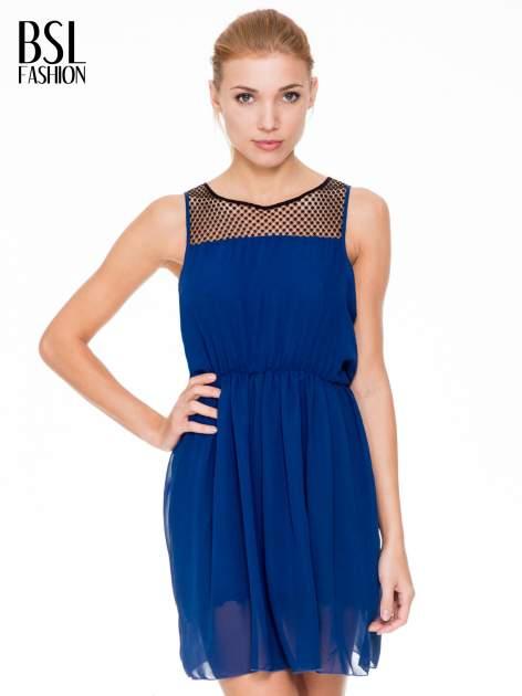 Niebieska sukienka z koronkowym karczkiem