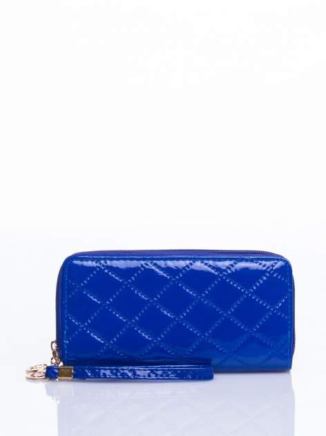 Niebieski lakierowany pikowany portfel