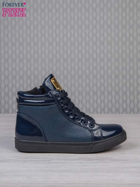 Niebieskie sneakersy z suwakiem i motywem skóry krokodyla