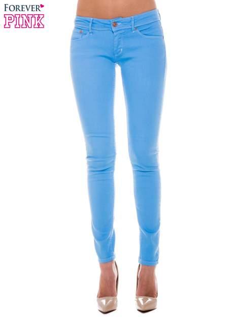 Niebieskie spodnie jeansowe typu rurki