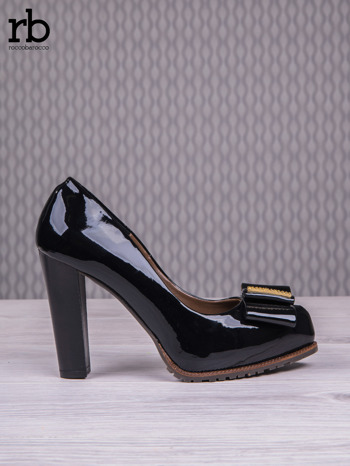 ROCCOBAROCCO Czarne lakierowane pantofle na słupku z kokardką