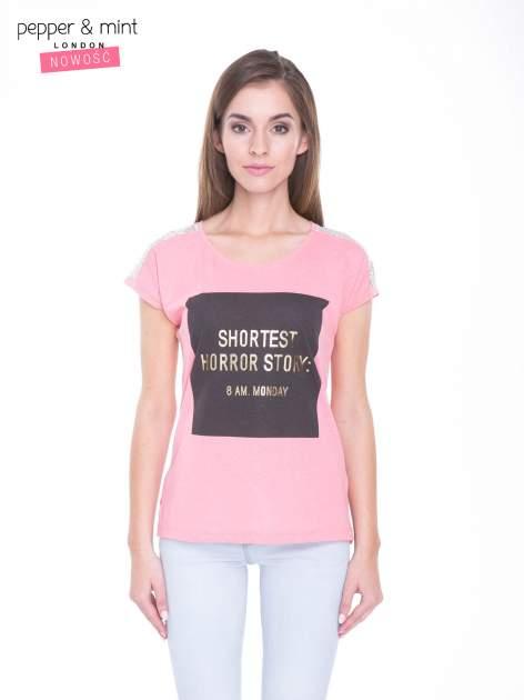 Różowy t-shirt z zabawnym nadrukiem SHORTEST HORROR STORY 8 AM. MONDAY