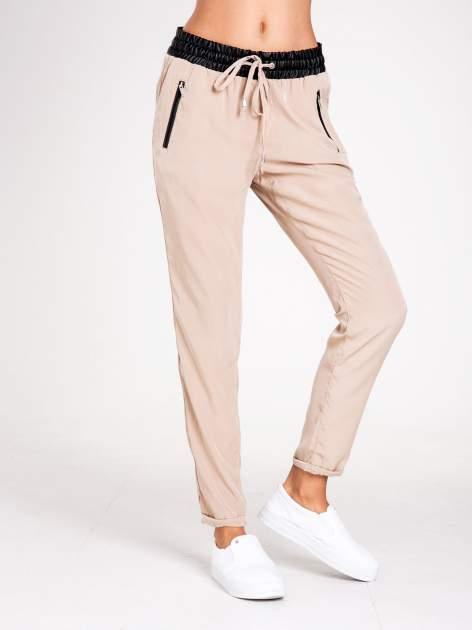 STRADIVARIUS Beżowe spodnie ze skórzanym pasem i zamkami