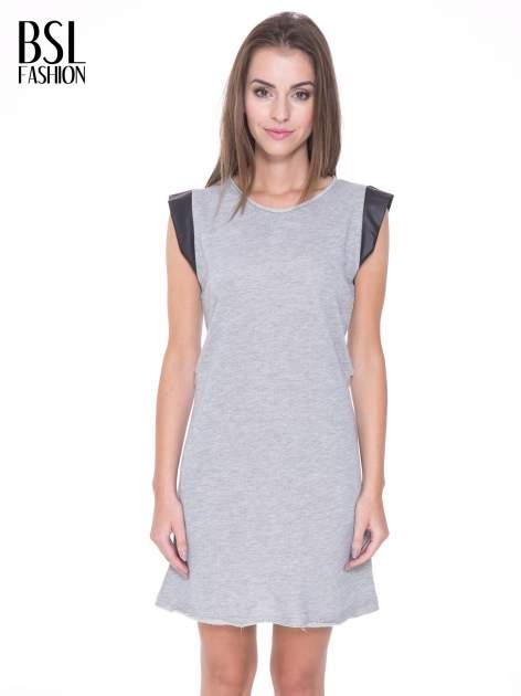 Szara dresowa sukienka ze wstawkami ze skóry przy rękawach