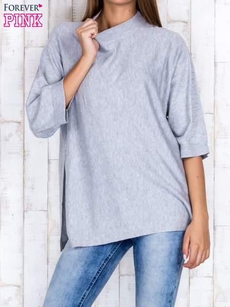 Szary luźny sweter oversize z bocznymi rozcięciami