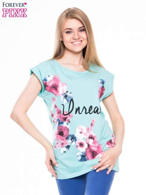 Zielony t-shirt z nadrukiem kwiatów i napisem UNREAL
