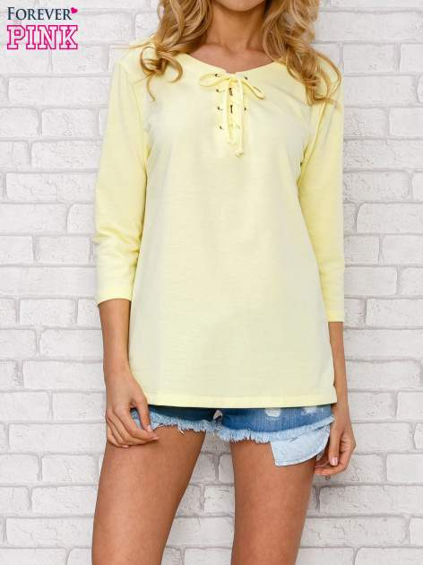 Żółta bluzka ze sznurowanym dekoltem