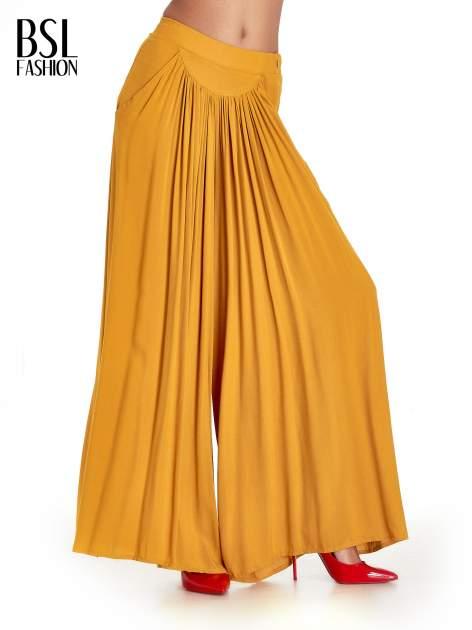 Żółte zwiewne spodnie typu culottes