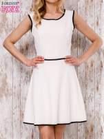 Beżowa sukienka skater z satynową lamówką