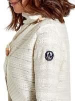 Beżowy krótki sweter narzutka z kołnierzem