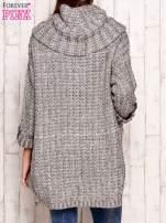 Beżowy melanżowy sweter z szerokim golfem i kieszeniami