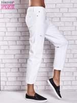 Białe spodnie boyfriend jeans z przetarciami