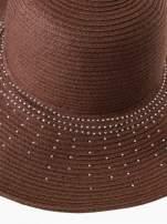 Brązowy kapelusz słomiany z dużym rondem i kryształkami