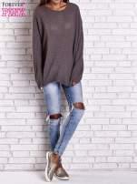 Brązowy sweter oversize z rozcięciami po bokach