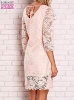 Brzoskwiniowa koronkowa sukienka z wiązaniem na plecach