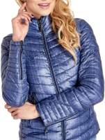 Ciemnoniebieska lekka kurtka puchowa z suwakami przy rękawach