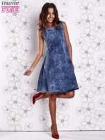 Ciemnoniebieska rozkloszowana dekatyzowana sukienka