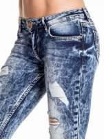 Ciemnoniebieskie spodnie acid wash ripped jeans