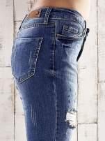 Ciemnoniebieskie spodnie skinny jeans z dziurami