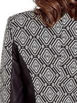 Czarna kurtka w geometryczne wzory ze skórzanymi wstawkami