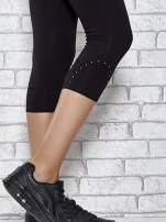 Czarne legginsy sportowe z dżetami i marszczoną nogawką za kolano