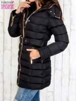 Czarny płaszcz z futrzanym kołnierzem i złotymi suwakami