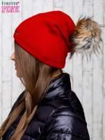 Czerwona wełniana czapka z futrzanym pomponem